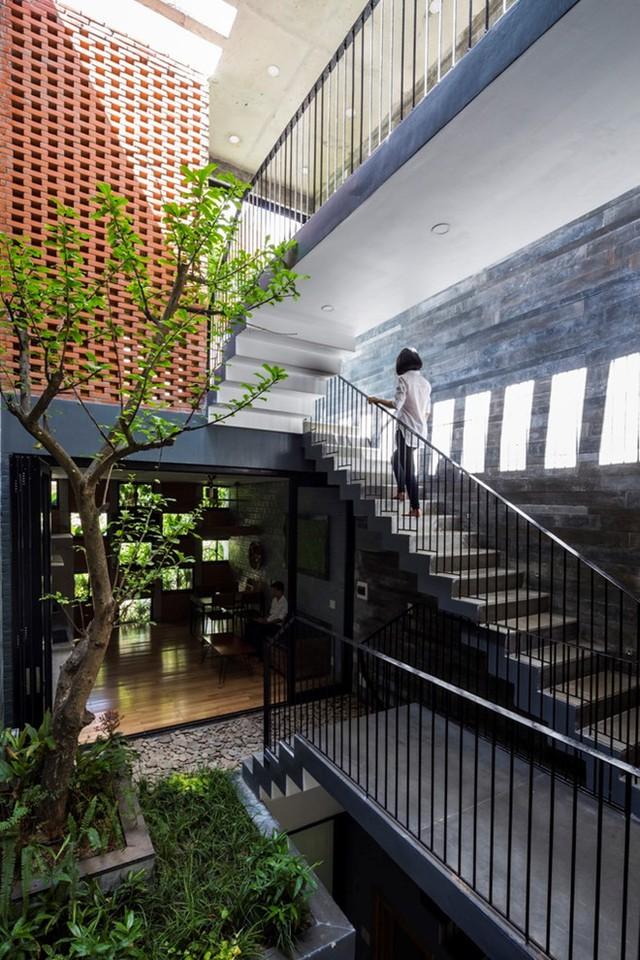 Từ phòng ngủ chính có cầu thang lên thẳng vườn ngoài trời.