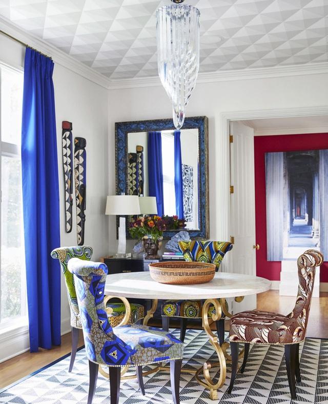 11. Rèm cửa màu xanh neon, cùng tông với họa tiết trên ghế ăn đủ để tạo nên không gian ăn uống độc đáo.