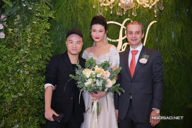 Nhà thiết kế Đỗ Mạnh Cường chụp ảnh cùng cặp đôi trẻ. Anh hóm hỉnh chia sẻ: Cuối cùng Kha Mỹ Vân đã cưới được chồng rồi trời ơi!.