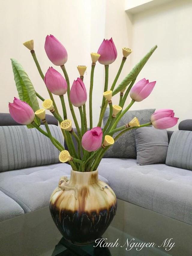 Hoa sen thường được cắm kèm cành măng hoặc lá sen để tôn lên vẻ đẹp của hoa.
