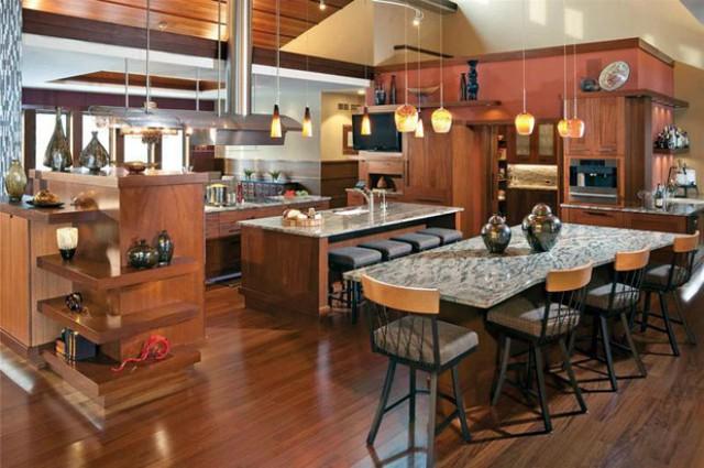 Tủ bếp thiết kế với loại gỗ nặng, cứng, vân đẹp, thớ gỗ mịn, sơn một lớp PU bóng phù hợp với những chủ nhân yêu thích sự cổ điển.