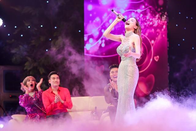 Hồ Ngọc Hà xuất hiện trong tiểu phẩm thứ hai, vào vai một ca sĩ đến hát ở phòng trà nơi nhân vật của Kiều Minh Tuấn làm việc. Sau phần biểu diễn, cô có vài lời thoại gây cười cùng dàn diễn viên.