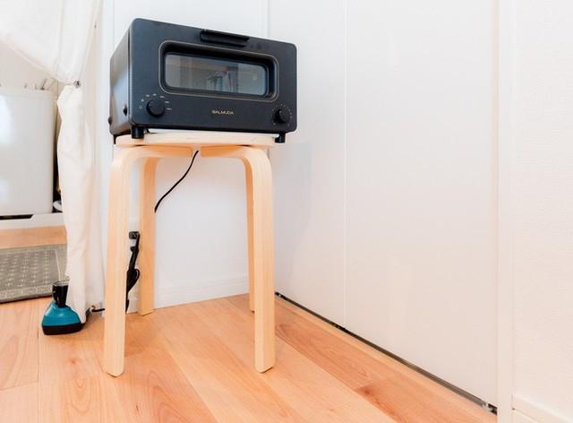 Lò nướng được để trên ghế đẩu để tiết kiệm diện tích.