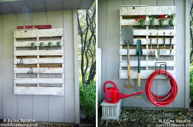 13. Dụng cụ làm vườn cũng có thể được treo gọn gàng và ngăn nắp trên chiếc giá làm bằng gỗ pallet.