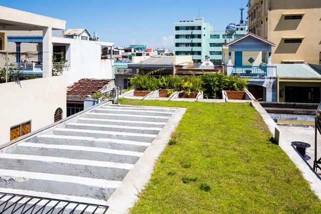 Trên mái là thảm cỏ giúp giảm nhiệt độ cho các tầng phía dưới.