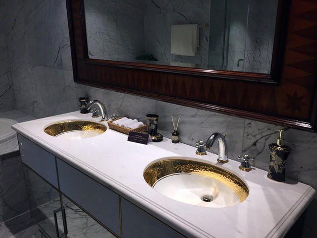 Nội thất phòng tắm là một trong những điểm độc đáo nhất của căn hộ với bồn rửa mặt và bồn vệ sinh được dát từ vàng thật.
