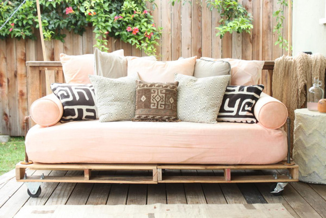 14. Bạn có thể ghép những thanh gỗ pallet này thành một chiếc ghế tuyệt vời để ngồi ở hiên nhà hay ban công. Bỏ thêm nệm và gối tựa lưng để có cảm giác thoải mái hơn.
