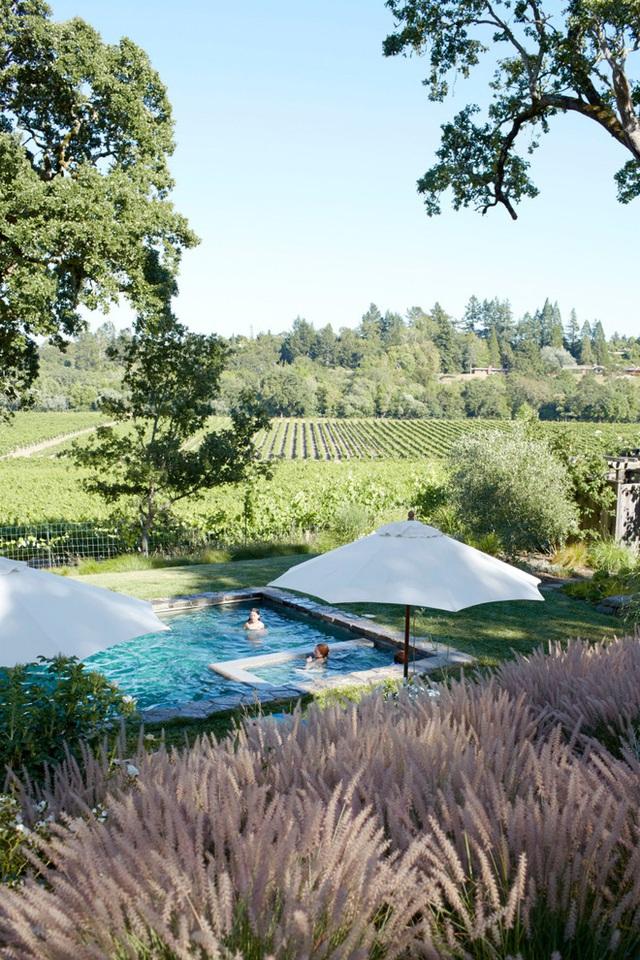 14. Thêm những chiếc ô nhỏ nhắn nếu sân vườn nhà bạn có bể bơi để mùa hè thêm xinh đẹp và mát mẻ.