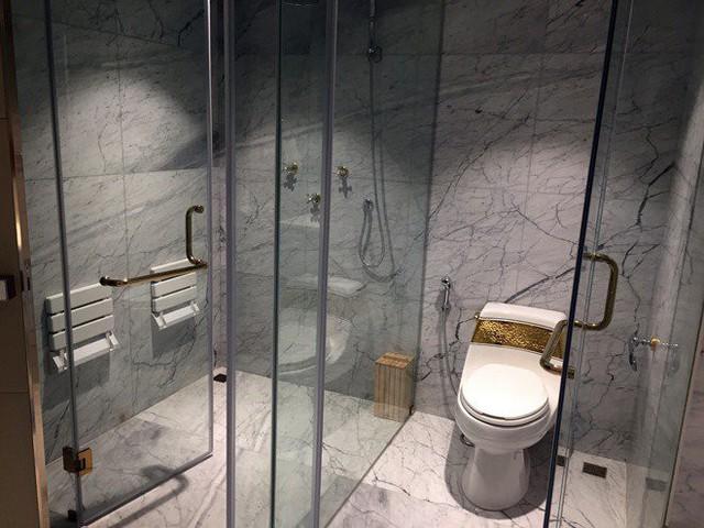 Ngay cả tay nắm cửa và vòi nước cũng được mạ vàng tinh xảo cho thấy giá trị vô cùng lớn của căn hộ thượng lưu này.