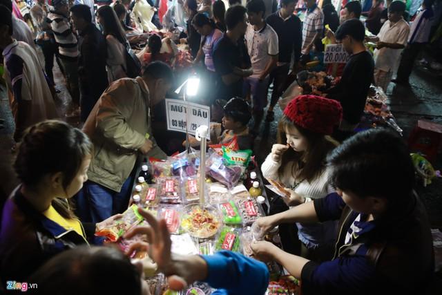 Bên cạnh những cửa hàng lớn, nhiều sạp nhỏ phát sinh của các nhà vườn tự sản xuất và bày bán cũng xuất hiện rất nhiều trong dịp lễ.