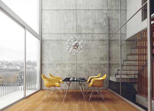 15. Bức tường bê tông cao có thể gây cảm giác áp đặt, nhưng những chiếc ghế vàng óng lại đem đến sự vui tươi và chùm đèn đang nở trên cao là điểm nhấn không thể cưỡng lại.