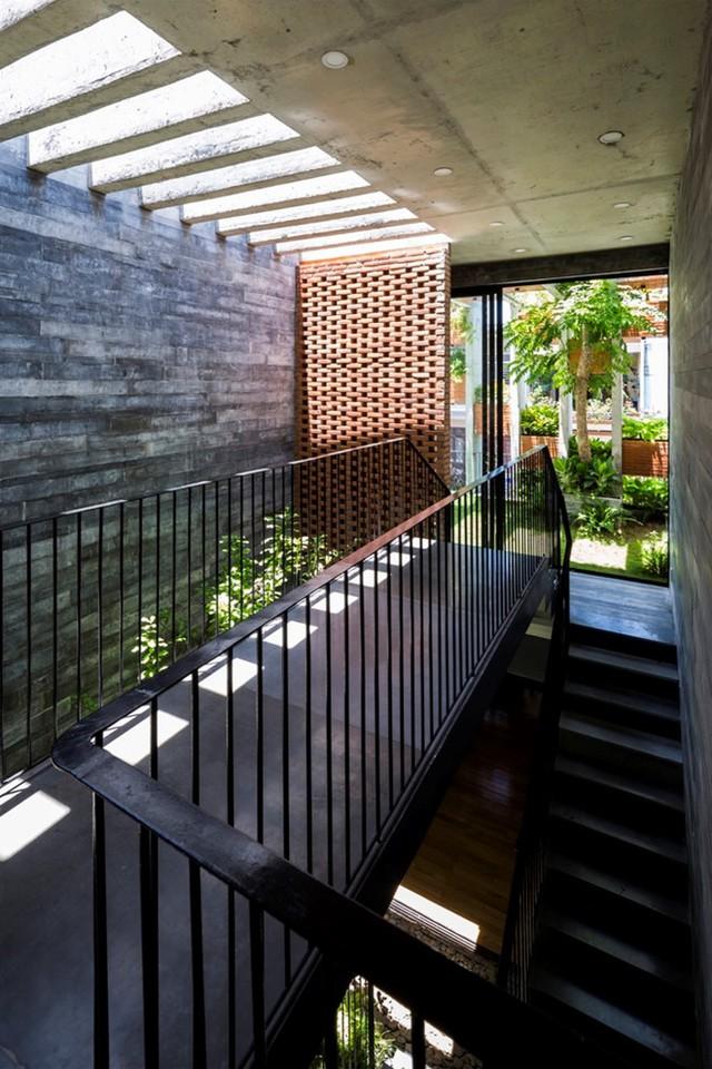 Rất nhiều chi tiết trong nhà được thiết kế mang phong cách công nghiệp như sàn bê tông mài, trần để thô, tường gạch hay lan can thép sơn đen.