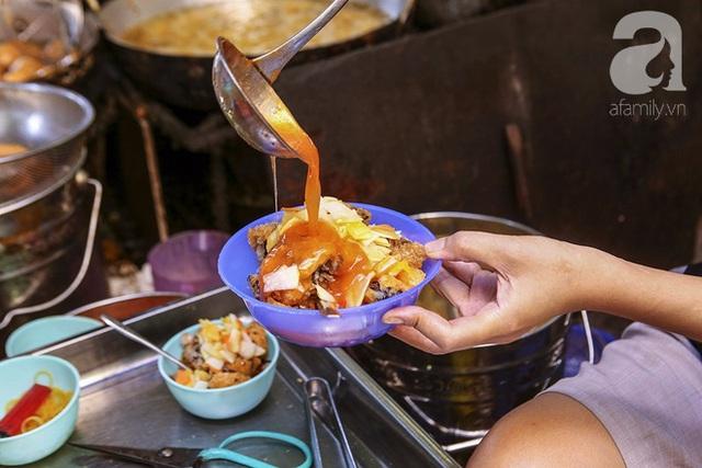 Còn đây là bánh rán mặn huyền thoại bán chạy nhất ở hàng, với nước sốt đặc biệt.