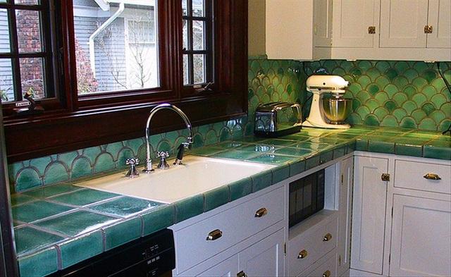 Ví dụ như màu xanh lá có thể là gam màu tươi mới và bạn có thể sử dụng nó cho bức tường bếp, kết hợp với những chiếc tủ màu trắng sẽ giúp cân bằng.