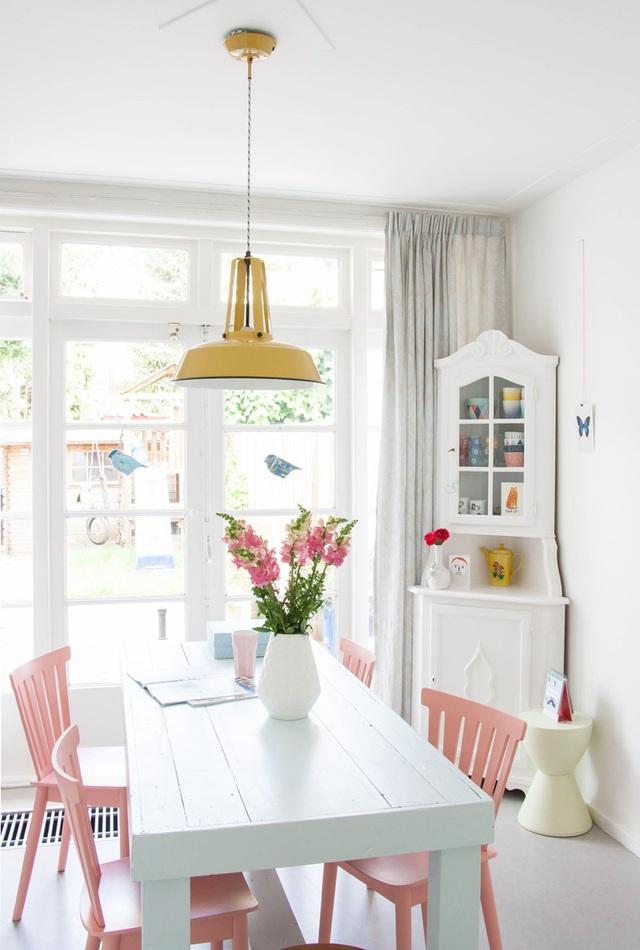 Những bộ bàn ăn với sắc hồng pastel làm tăng nét nữ tính cho cả căn phòng.