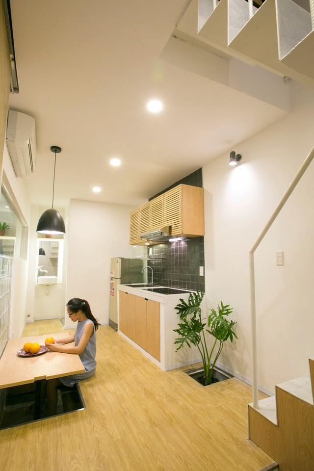 Phòng đầu tiên nhìn thấy khi bước chân vào căn nhà là phòng bếp kiêm không gian sinh hoạt chung.