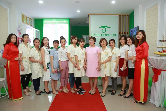 Chị Bùi Tuyết Mai cùng đội ngũ nhân viên Excellence Spa tại Hoàng Cầu