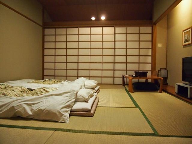 Hãy chọn nội thất cần thiết với màu sắc ấm cúng, ưa nhìn.