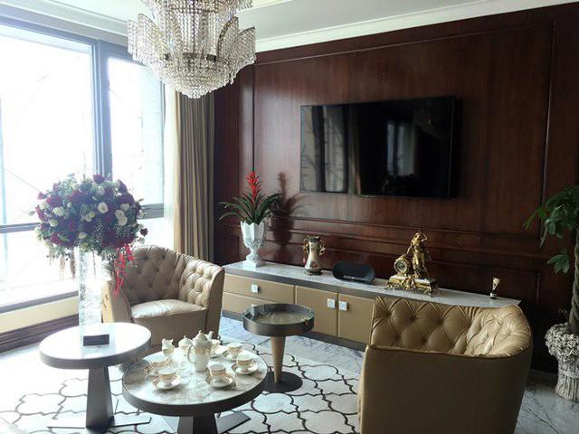Nội thất trong căn hộ hạng sang nay cũng được đầu tư tương xứng với đẳng cấp khi được đặt riêng từ những thương hiệu đắt đỏ nhất châu Âu. Có thể kể đến bộ ghế da trong phòng khách được làm thủ công bởi các nghệ nhân lành nghề nhất tại Italy.