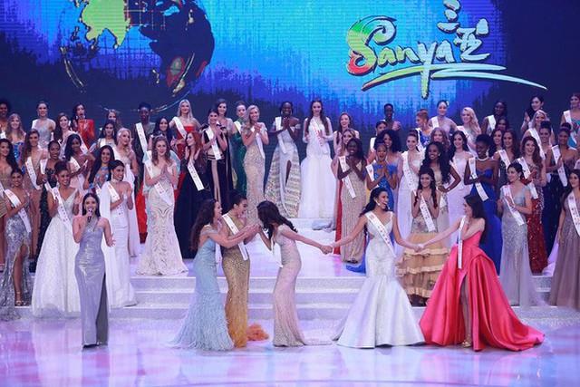 Đỗ Mỹ Linh và người đẹp Ấn Độ chúc mừng nhau khi cùng giành giải Hoa hậu Nhân ái.