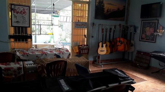 Vừa bước vào trong nhà là phòng học nhạc với những nhạc cụ như organ, guitar...