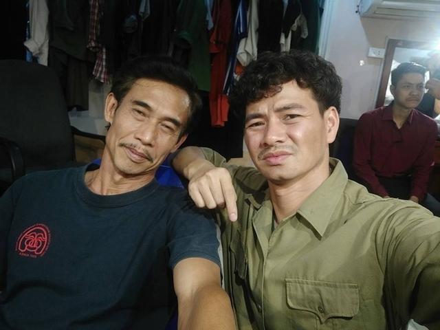 Xuân Bắc và nghệ sĩ Phú Đôn giản dị trong hậu trường tập luyện cho một vở kịch.
