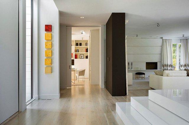 Toàn bộ không gian được lát sàn gỗ sáng màu.