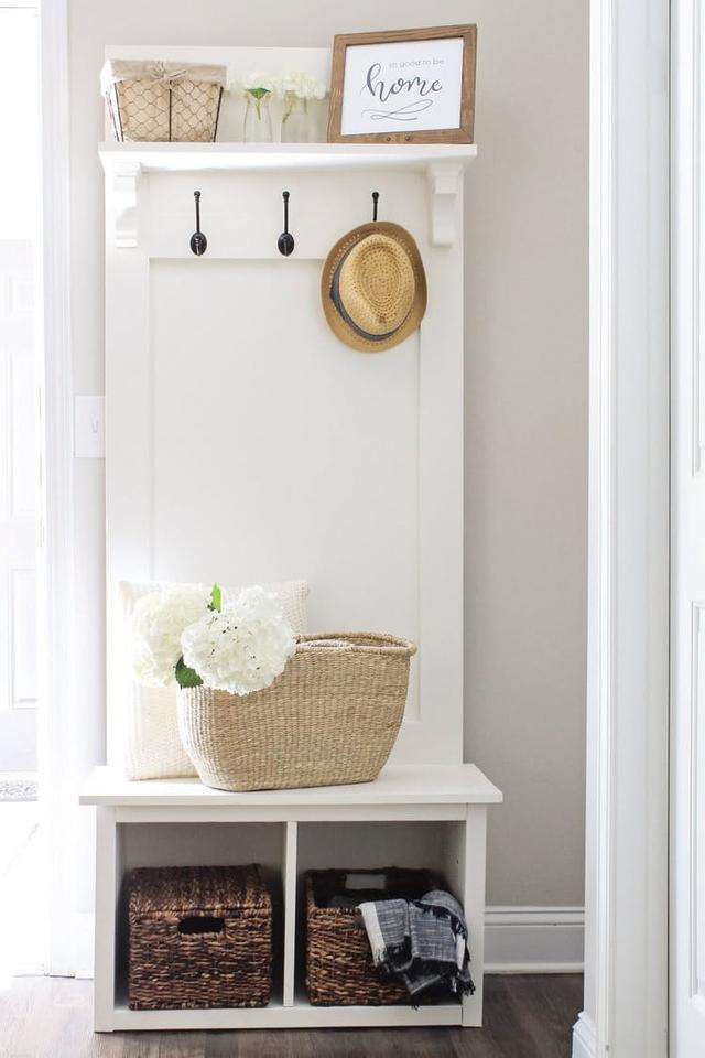 3. Một tủ đồ nội thất đa chức năng với tầng cao nhất làm nơi lưu trữ đồ vật, tầng lửng treo quần áo và tầng cuối gồm hai ngăn nhỏ với mỗi không gian đủ cho 1 hộp chứa quần áo bằng tre.