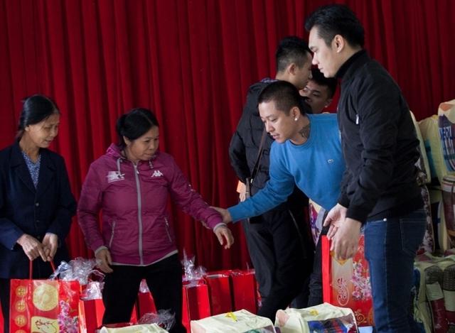 Ngoài chăn và tiền mặt, đoàn còn chuẩn bị những túi bánh, mứt, kẹo cho bà con.
