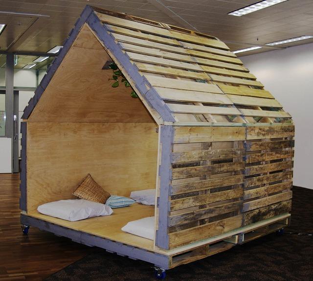 4. Những cô bé, cậu bé luôn thích được ở riêng hay bạn cũng có thể có một góc yên tĩnh để thư giãn trong nhà với ý tưởng tạo một ngôi nhà gỗ từ gỗ pallet như thế này.