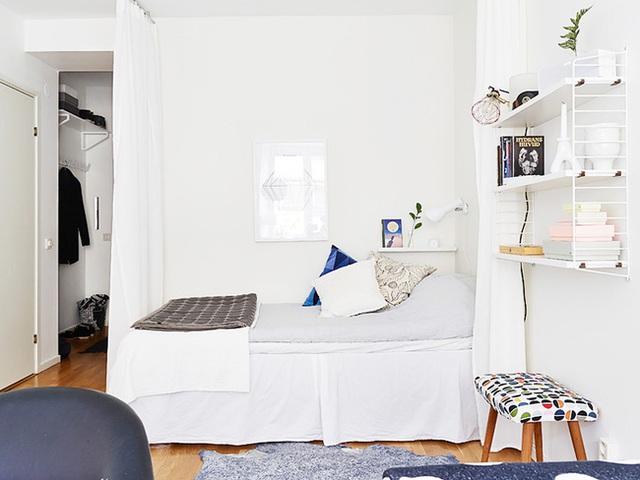 Bên cạnh giường ngủ, chủ nhân của căn hộ thiết ké thêm kệ sách đặt ở bức tường cạnh bệ cửa sổ, thêm chiếc ghế nhỏ xinh với hoạ tiết lạ mắt, những chậu cây mini được đặt trên bệ cửa giúp góc đọc sách thêm đẹp đẽ hơn, ấn tượng hơn.
