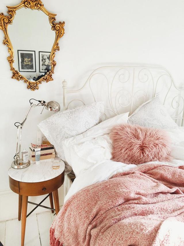 4. Những chi tiết cầu kì thường thấy trong mỗi căn phòng ngủ của con gái được lựa chọn cho khung giường và khung kính gắn tường.