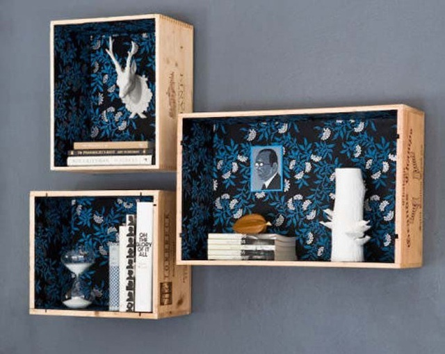 Những chiếc kệ treo tường dạng hình vuông hoặc hình chữ nhật vừa là nơi đặt các món đồ cho gọn gàng, vừa có tác dụng trang trí căn phòng ngủ thêm sinh động.