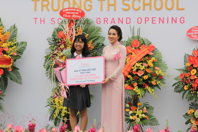 Bà Trần Thị Như Trang - Giám đốc Quỹ Vì Tầm Vóc Việt, trao tặng Học bổng cho đại diện 45 em học sinh thế hệ đầu tiên của TH School