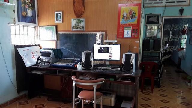 Nơi làm việc của nhạc sĩ chỉ là chiếc máy tính và cặp loa cũ