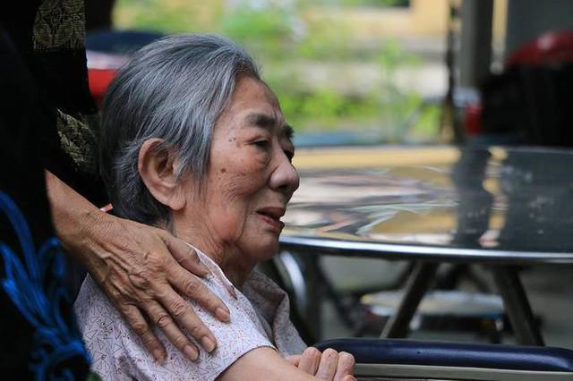 Một người thân của cố nghệ sĩ Ngọc Hương ngồi xe lăn đưa tiễn bà. Theo gia đình, Ngọc Hương sống trọn đời vì chồng và con cháu. Sinh thời, bà bị chứng đau khớp, đau bụng nhưng không chịu vào bệnh viện khám vì sợ phát hiện bệnh, tốn tiền thuốc men. Một thời gian dài, bà bị ảnh hưởng bởi căn bệnh ung thư gan nhưng lại tưởng đau dạ dày. Không tìm được hướng điều trị phù hợp, sức khỏe bà cứ thế giảm sút.