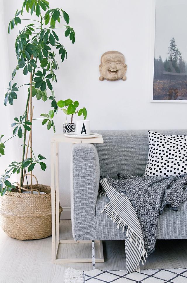 4. Một chiếc bàn mini bằng gỗ nhỏ xinh được gắn cố định bên cạnh chiếc sopha nhà bạn giúp đựng những chiếc cốc uống nước hoặc các đồ ăn vặt khi bạn xem tivi.