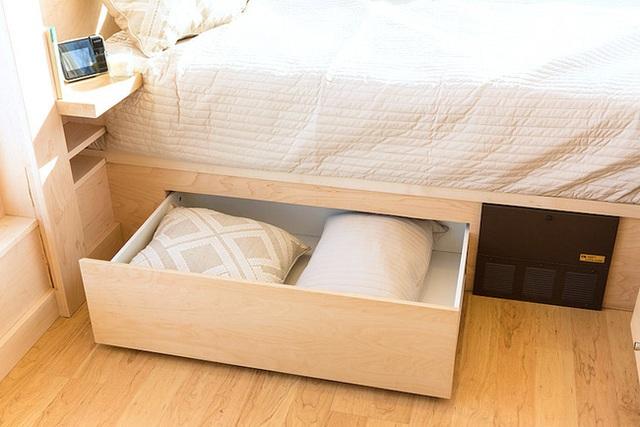 Phía dưới gầm giường cũng được tận dụng triệt để cho việc lắp đặt thêm ngăn kéo đựng đồ.