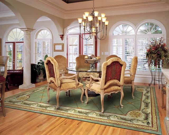 4. Nếu bạn thích thú với phòng ăn sang trọng, bạn cũng sẽ hiểu rõ rằng tấm thảm trang trí dưới bàn ăn sẽ tôn thêm hoặc phá hủy vẻ đẹp của phòng ăn mà mình mong đợi. Lựa chọn an toàn nhất là một tấm thảm có kết cấu họa tiết mộc mạc. Nhưng nếu bạn không ngại tạo nên một cái nhìn táo bạo hơn, hãy chọn một tấm thảm có màu sắc nổi bật một chút.
