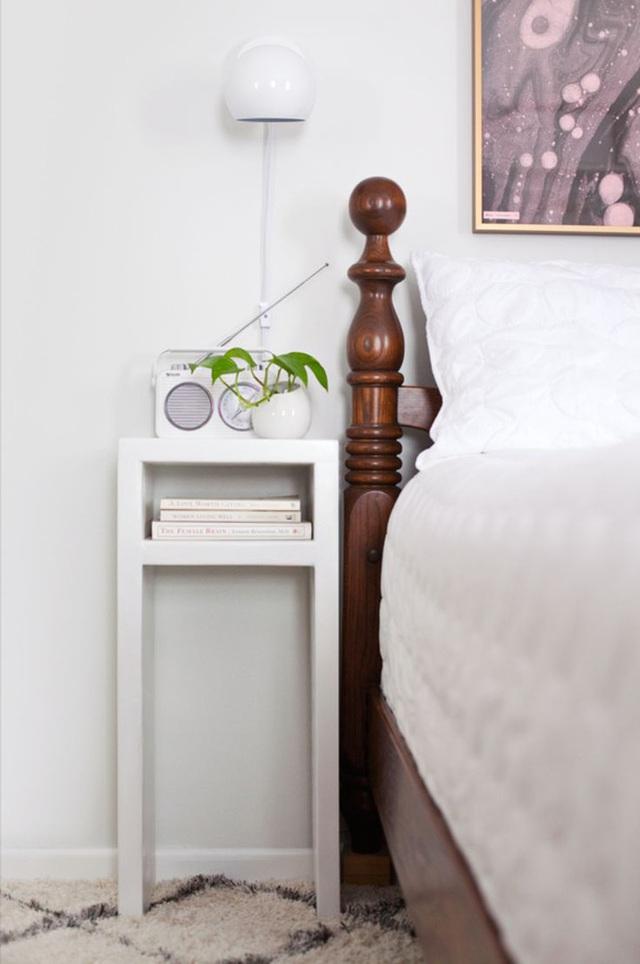 Phòng ngủ chật đến đâu thì bạn vẫn có thể dành chỗ cho món đồ nội thất tiện ích này. Nó vừa làm kệ đầu giường nơi đặt điện thoại, đèn ngủ... lại kiêm luôn một giá sách nhỏ xinh nơi cất những cuốn sách yêu thích trước để đọc trước giờ đi ngủ.