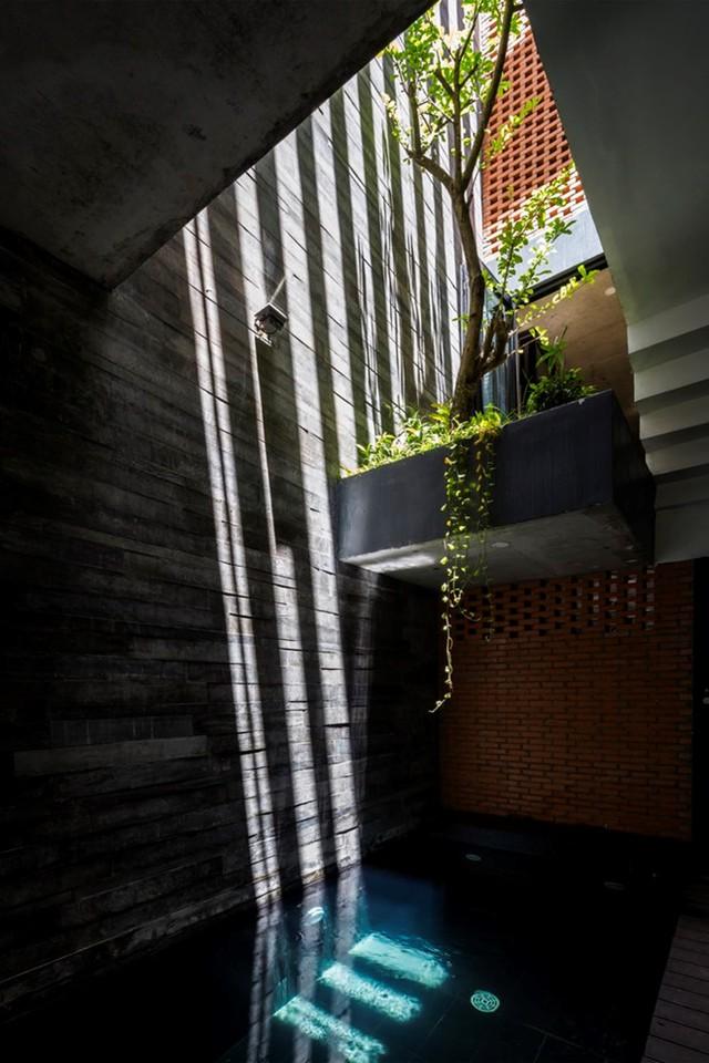 Giữa nhà là giếng trời thông tầng để lấy sáng.