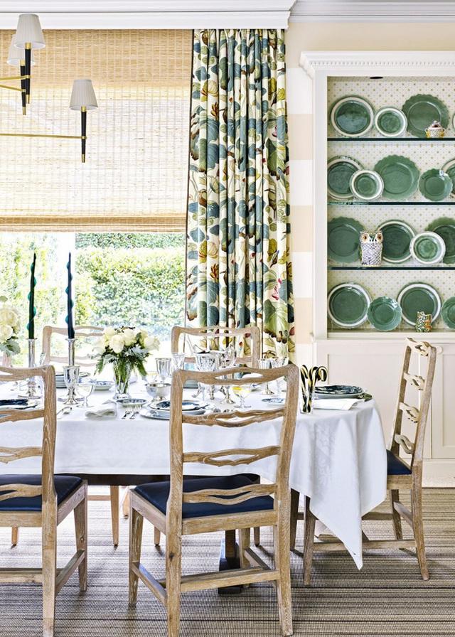 5. Chỉ thêm rèm cửa với màu sắc gần gũi với thiên nhiên, họa tiết màu hoa lá cũng đủ để mang đến cho ngôi nhà của bạn nét đẹp tinh tế và hài hòa.