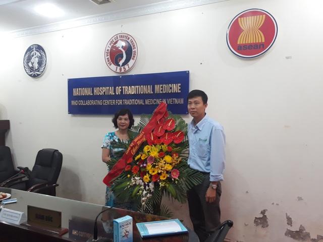 BSCKII Trương Thị Xuân Hòa – chủ nhiệm đề tài và ThS.BS Nguyễn Khắc Hoàng đại diện nhãn hàng Boni-Smok của công ty Botania