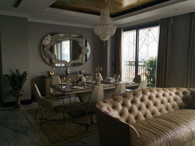 Một trong những điểm nhấn của phòng khách và phòng ăn là chiếc gương khảm da cá sấu trắng có mức giá lên tới 1 tỷ đồng.