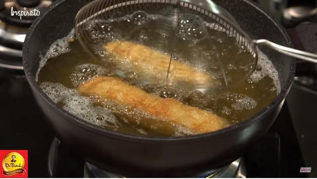 Trong phần hướng dẫn làm món chả giò, Hoàng Nhân cũng bật mí nhiều bí quyết giúp món ăn tăng hương vị và bắt mắt hơn. Đặc biệt thảo mộc cam thảo phải được nấu kỹ trong khoảng 15 phút để có được nước cốt tốt nhất, cá hồi để nguyên miếng để cuốn vì nếu cắt nhỏ sau khi đem chiên lên và đến khi thưởng thức sẽ không còn cảm nhận được vị của cá hồi nữa. Lưu ý khi chế biến phần nhân không nên làm quá nhão hay quá cứng để khi người ăn cắn vào, phần nhân sẽ chảy ra trong miệng đem đến cảm giác yummy khi thưởng thức món Chả Giò Cá Hồi.