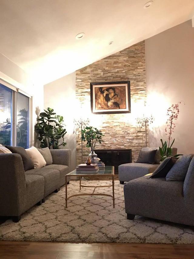 Phòng khách nhỏ nhưng ấm cúng với thiết kế hiện đại.