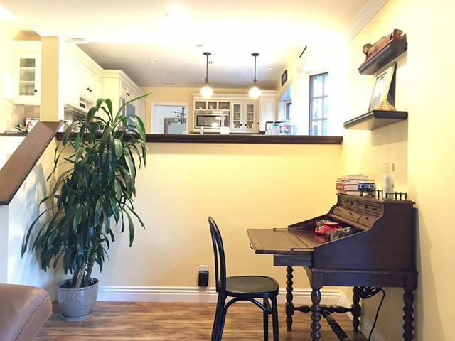 Phòng bếp sử dụng tone màu trắng chủ đạo kết hợp với ánh đèn màu vàng ấm.