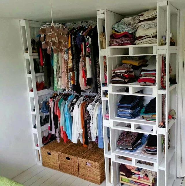6. Chẳng việc gì phải mua tủ quần áo tốn kém cả. Bạn có thể trưng dụng chính những thanh gỗ pallet để đóng thành tủ quần áo kiểu mở với các ngăn để quần áo gấp, chỗ để giày và quần áo treo vô cùng lý tưởng.