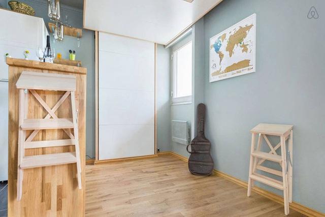 Không gian nghỉ ngơi khiến nhiều người bất ngờ. Khi diện tích căn phòng chật chội và chưa có nhu cầu sử dụng, giường được kéo lên trần tiện lợi cho khoảng diện tích sàn sử dụng với những nhu cầu cần thiết khác.