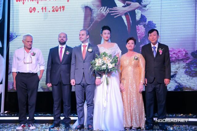 Đôi vợ chồng trẻ cùng đại diện gia đình hai họ lên cảm ơn khách mời đã đến chung vui.